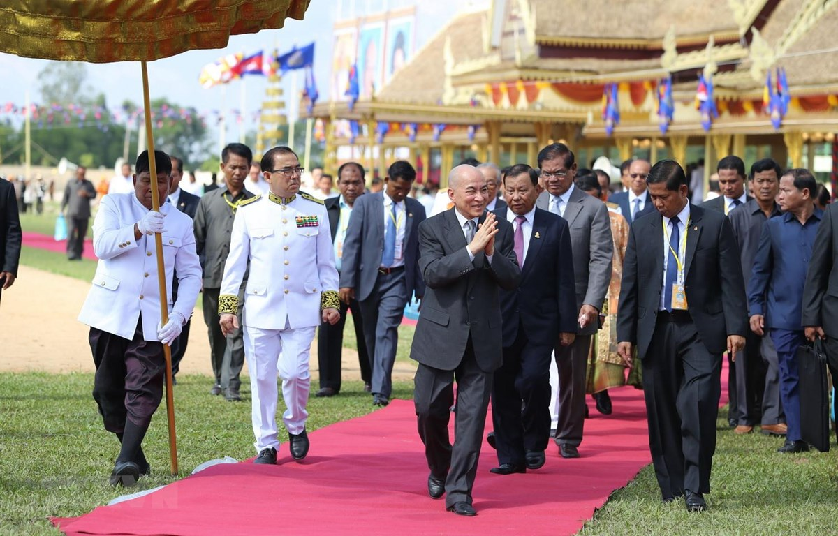Quốc vương Norodom Sihamoni chào mừng người dân đến tham dự buổi lễ. (Ảnh: PV/TTXVN)