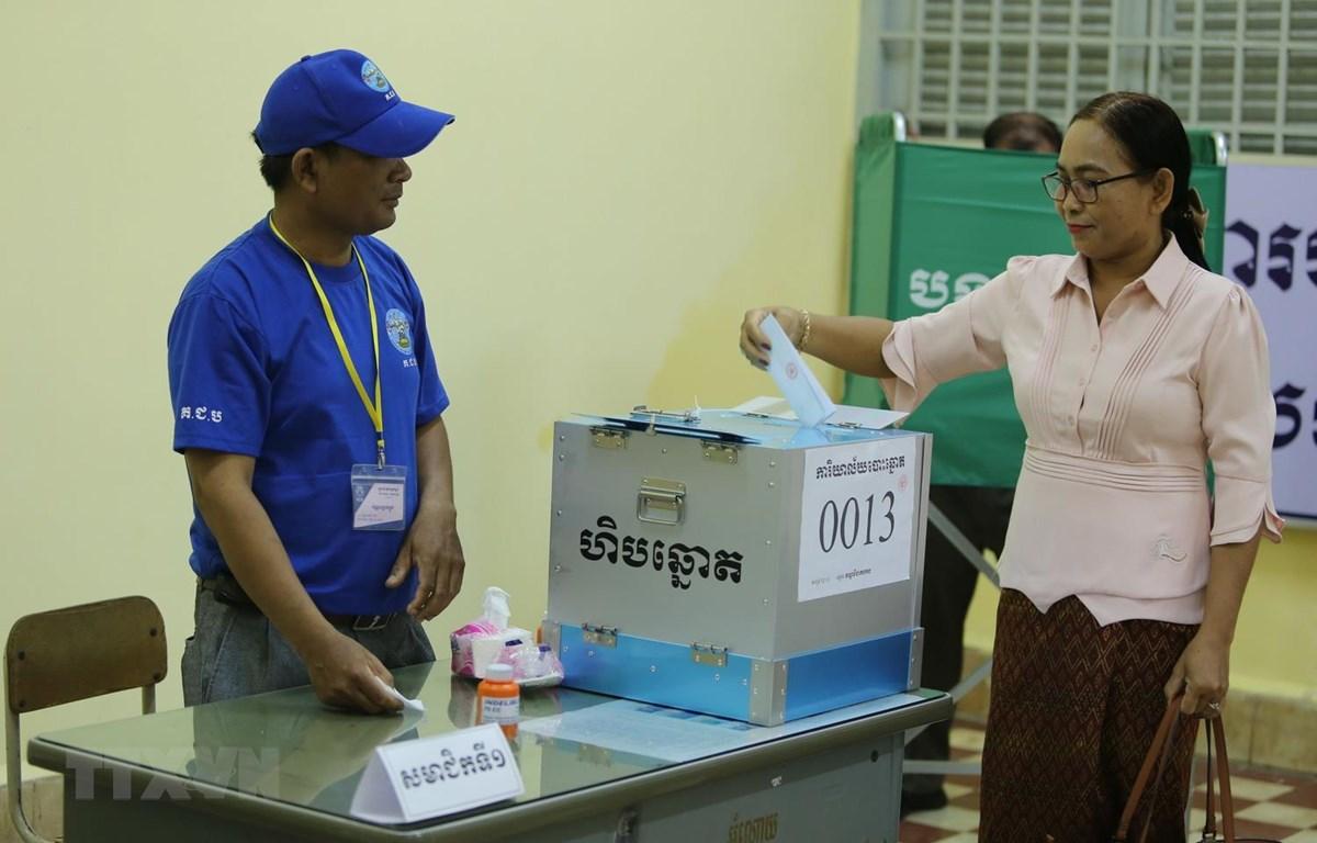 Một nữ cử tri bỏ phiếu bầu tại Phòng phiếu số 13 ở thủ đô Phnom Penh. (Ảnh: PV/TTXVN)