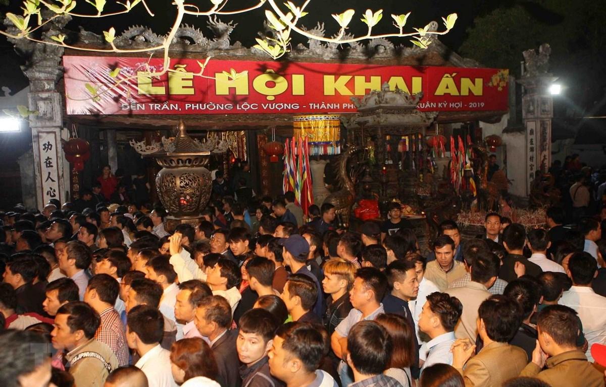 Xếp hàng từ rất sớm để xin lộc ấn tại đền Trần ở tỉnh Nam Định. )Ảnh: Thanh Tùng/TTXVN)