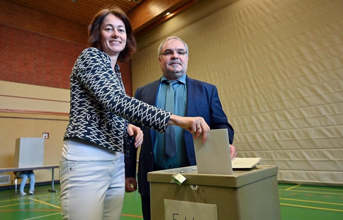 Bà Katarina Barley, ứng cử viên hàng đầu của Đảng Dân chủ Xã hội Đức, bỏ phiếu tại điểm bầu cử Nghị viện châu Âu (EP) ở Schweich ngày 26/5. (Ảnh: AFP/TTXVN)
