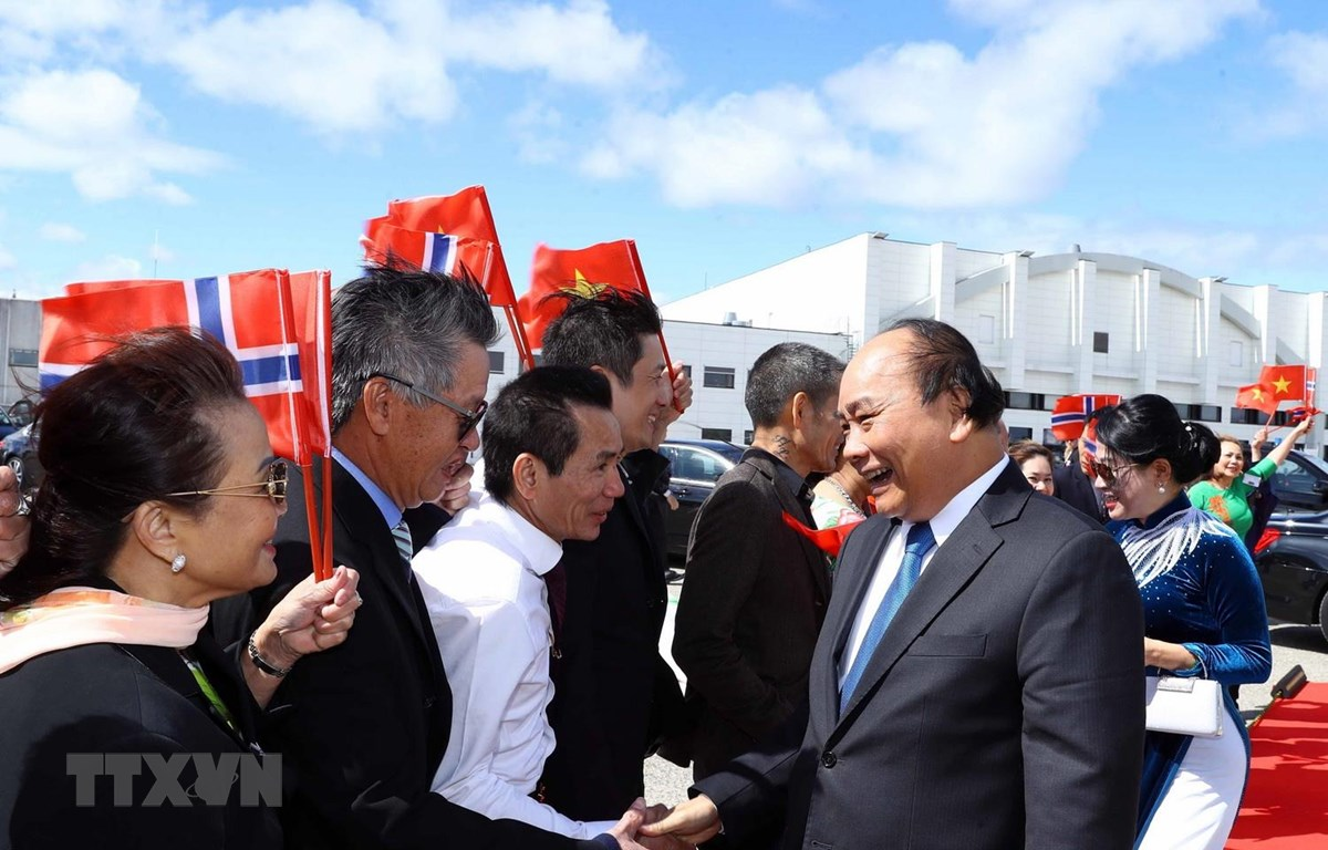 Cán bộ, nhân viên Đại sứ quán và đại diện cộng đồng người Việt Nam tại Na Uy tiễn Thủ tướng Nguyễn Xuân Phúc và Phu nhân tại sân bay Oslo, Gardermoen. (Ảnh: Thống Nhất/TTXVN)