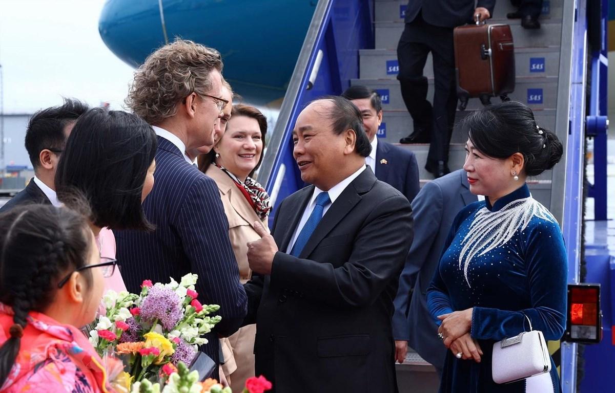 Bộ trưởng Thương mại và các vấn đề Bắc Âu của Thụy Điển Ann Linde và Đại sứ Thụy Điển tại Việt Nam Pereric Högberg đón Thủ tướng Nguyễn Xuân Phúc và Phu nhân tại sân bay quốc tế Stockholm Arlanda. (Ảnh: Thống Nhất/TTXVN)