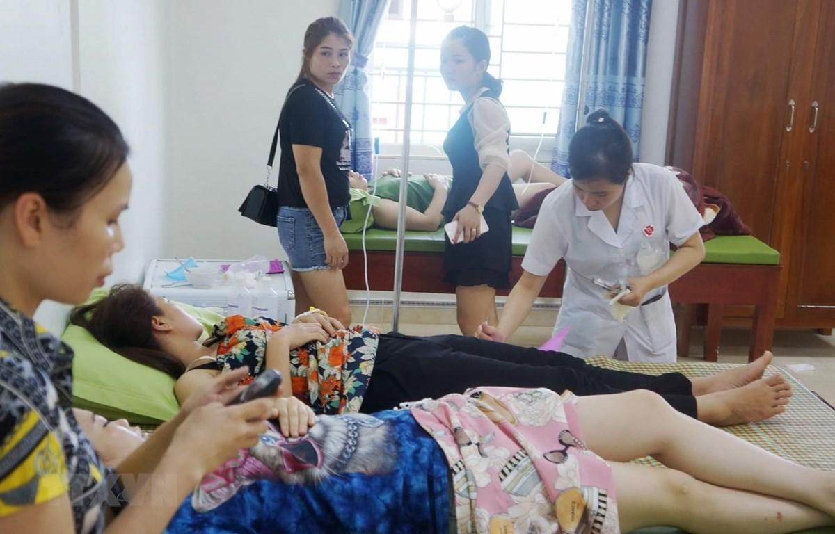 Các bệnh nhân đang được điều trị tại Phòng khám Đa khoa Hải Tiến. (Ảnh: Hoa Mai/TTXVN)