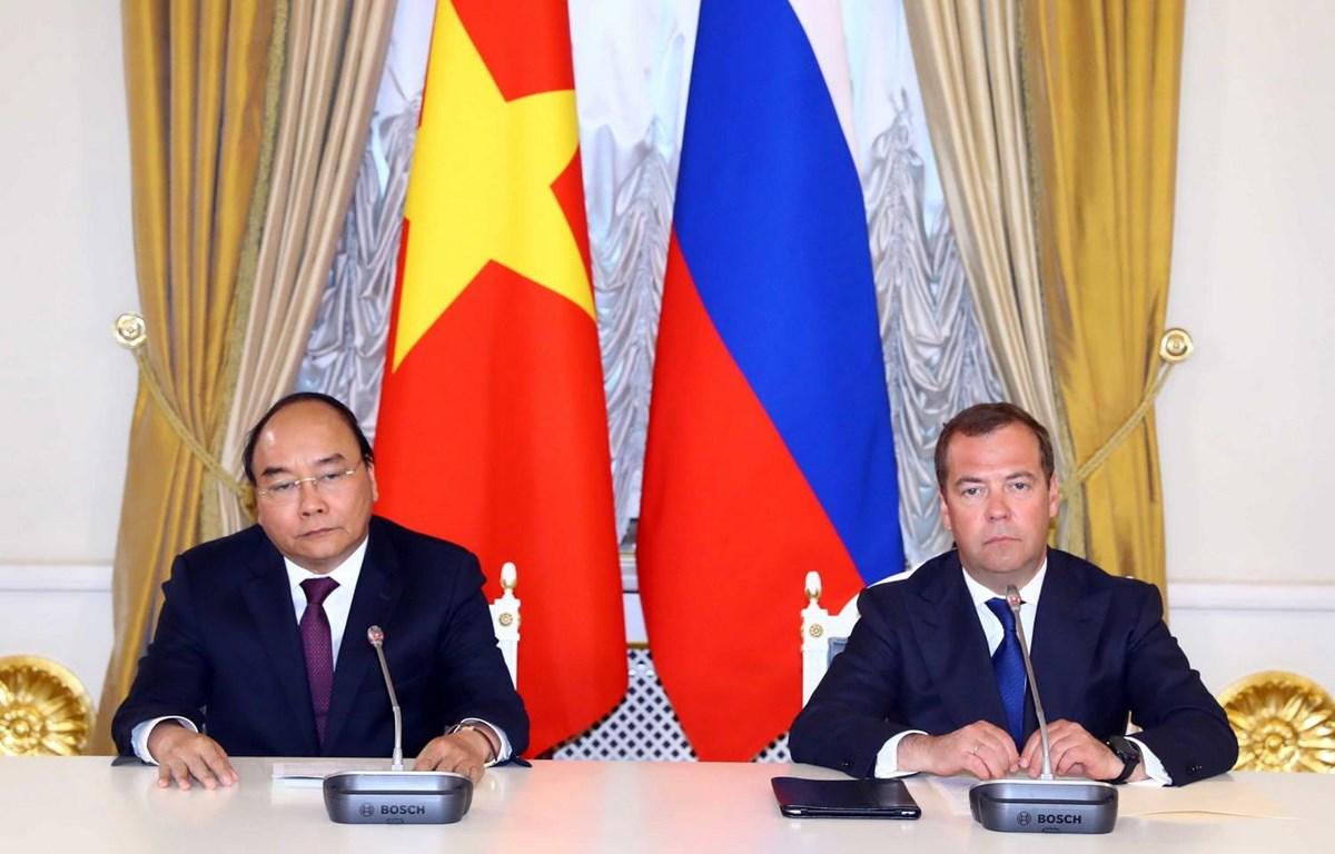 Thủ tướng Nguyễn Xuân Phúc và Thủ tướng Liên bang Nga Dmitri Medvedev gặp gỡ báo chí sau hội đàm. (Ảnh: Thống Nhất/TTXVN)