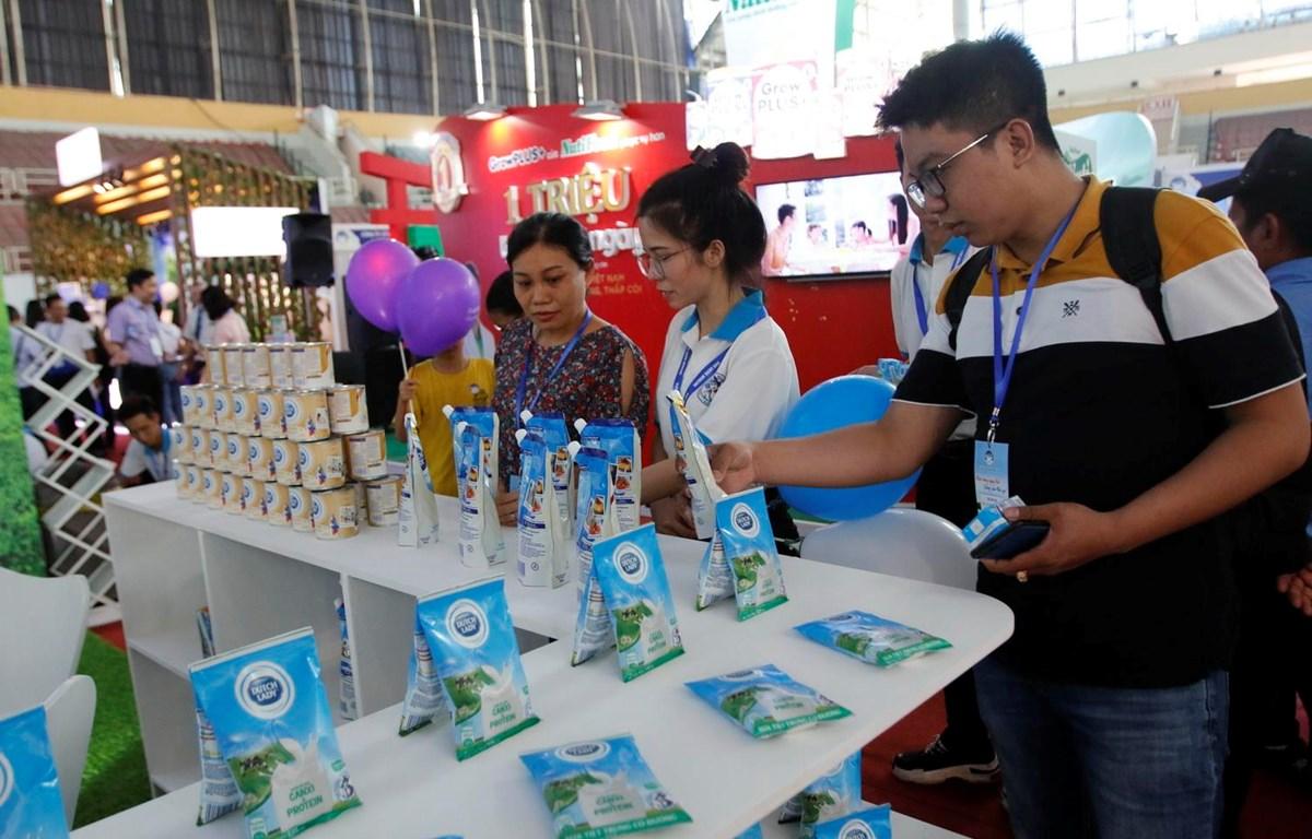 Khách tham quan các gian hàng sữa tại Triển lãm Quốc tế ngành sữa và sản phẩm sữa lần thứ 2-2019. (Ảnh: Hoàng Hải/TTXVN)