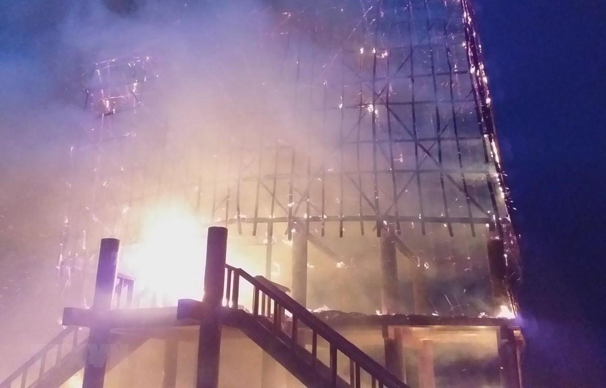 Nhà rông truyền thống bị cháy rụi chỉ sau hơn 30 phút. (Ảnh: Quang Thái/TTXVN)