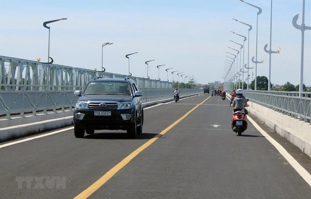 Các phương tiện lưu thông trên cầu Đà Rằng mới. (Ảnh: Thế Lập/TTXVN)