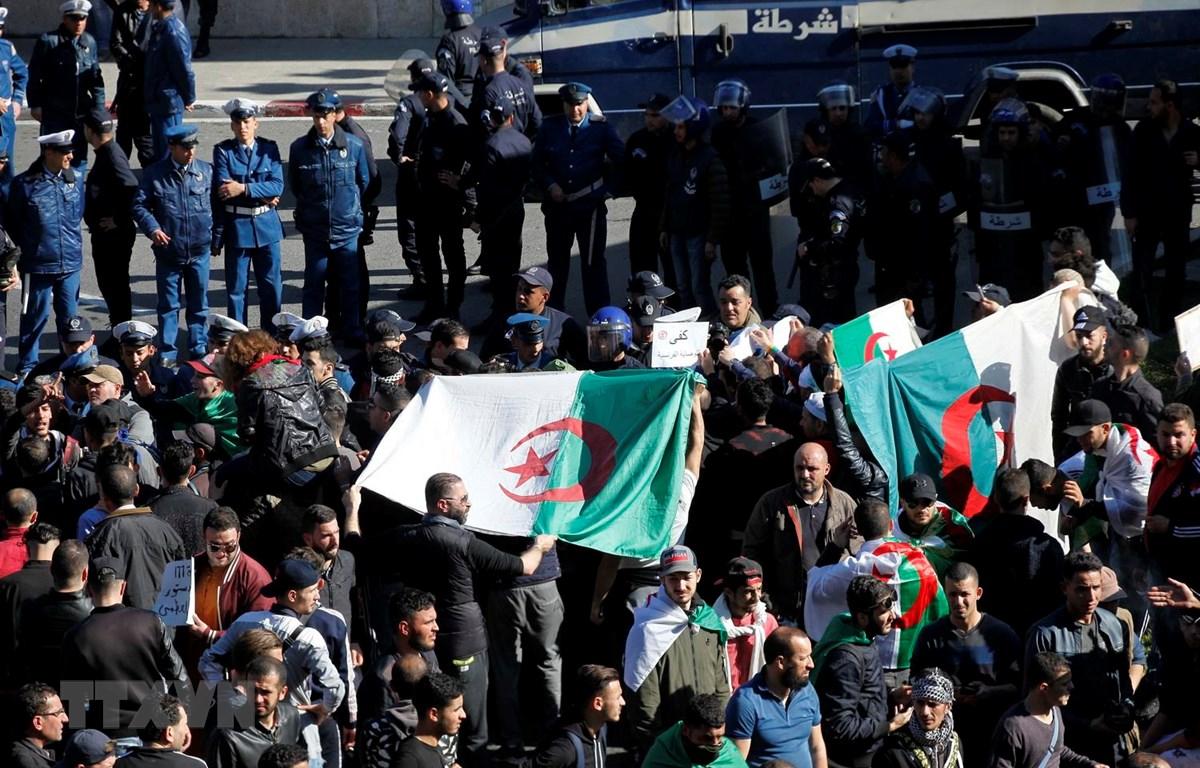 Người dân tham gia biểu tình tại Algiers của Algeria. (Ảnh: THX/TTXVN)