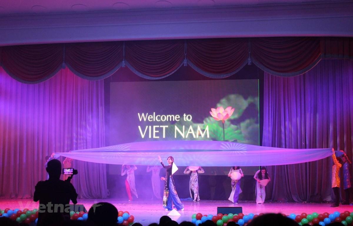 Lê Thị Ngọc Bích biểu diễn tiết mục Hello Viet Nam. (Ảnh: Dương Trí/Vietnam+)
