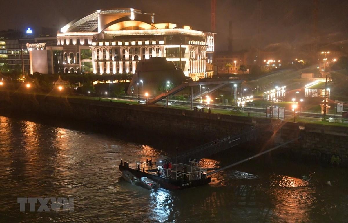 Lực lượng cứu hộ tìm kiếm các nạn nhân trong vụ va chạm và chìm tàu du lịch trên sông Danube ở thủ đô Budapest, Hungary tối 29/5 vừa qua. (Ảnh: AFP/TTXVN)