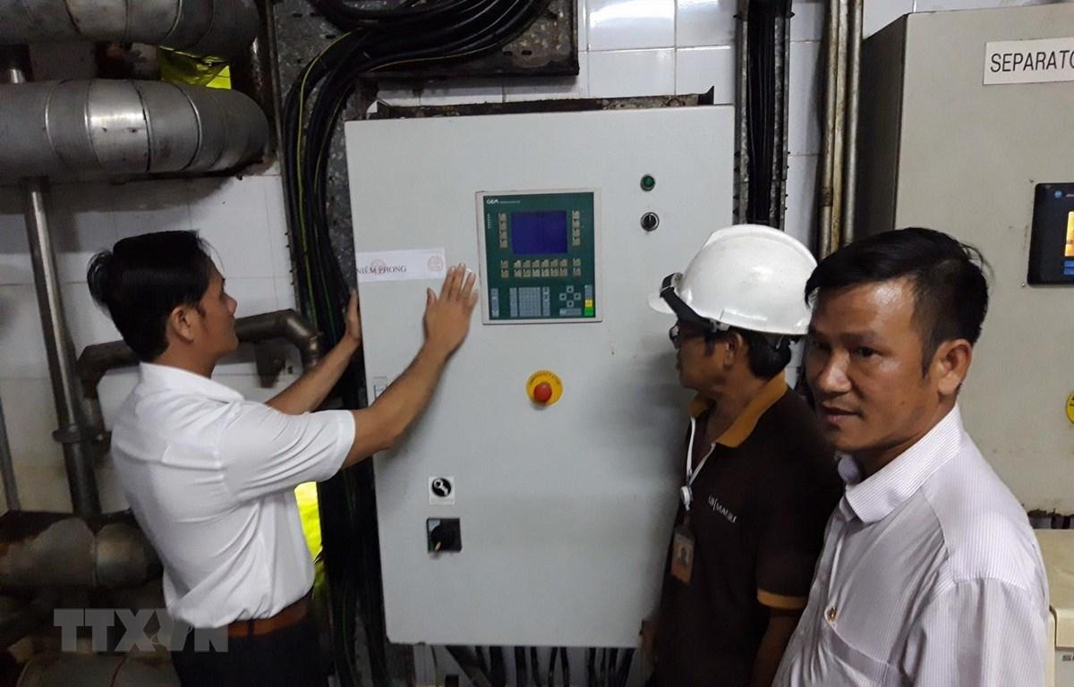 Ngành chức năng tiến hành niêm phong dây chuyền sản xuất của Công ty AB Mauri Việt Nam. (Ảnh: Công Phong/TTXVN)