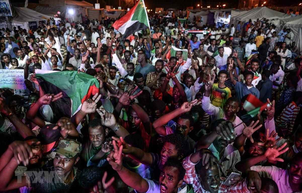 Người biểu tình tập trung tại thủ đô Khartoum của Sudan. (Ảnh: AFP/TTXVN)
