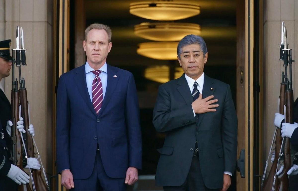 Quyền Bộ trưởng Quốc phòng Mỹ Patrick Shanahan và Bộ trưởng Quốc phòng Nhật Bản Takeshi Iwaya. (Nguồn: AP)