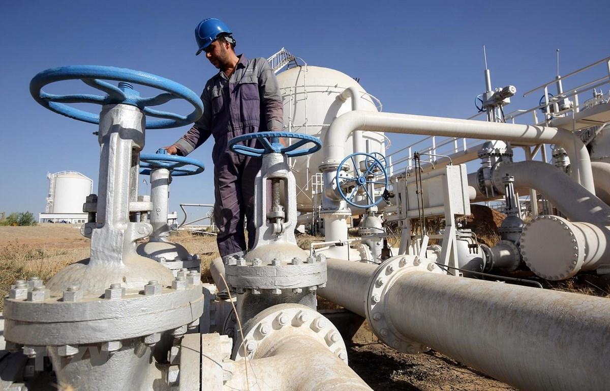 Một cơ sở khai thác dầu tại thành phố Kirkuk, miền bắc Iraq. (Ảnh: AFP/TTXVN)