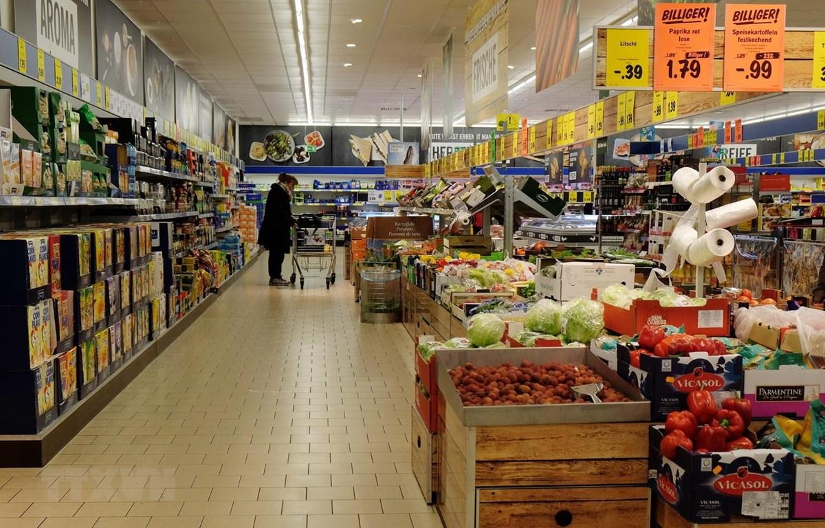Người dân mua hàng hóa tại siêu thị ở Essen, miền tây nước Đức. (Ảnh: AFP/TTXVN)