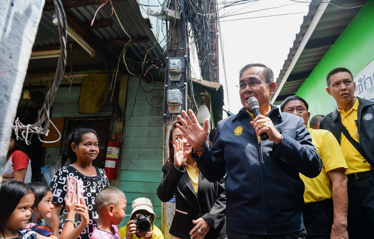 Thủ tướng Thái Lan Prayut Chan-o-cha thăm một khu dân cư ở Bangkok, ngày 15/5 vừa qua. (Ảnh: AFP/TTXVN)