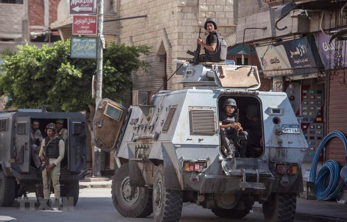 Lực lượng an ninh tuần tra tại làng al-Rawda, Bắc Sinai của Ai Cập, ngày 26/7/2018. (Ảnh: AFP/TTXVN)