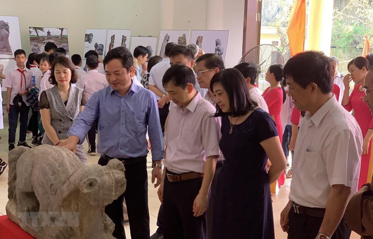 Các đại biểu tham quan Triển lãm chuyên đề Linh vật Nghê Việt ở Hải Dươg. (Ảnh: Hiền Anh/TTXVN)