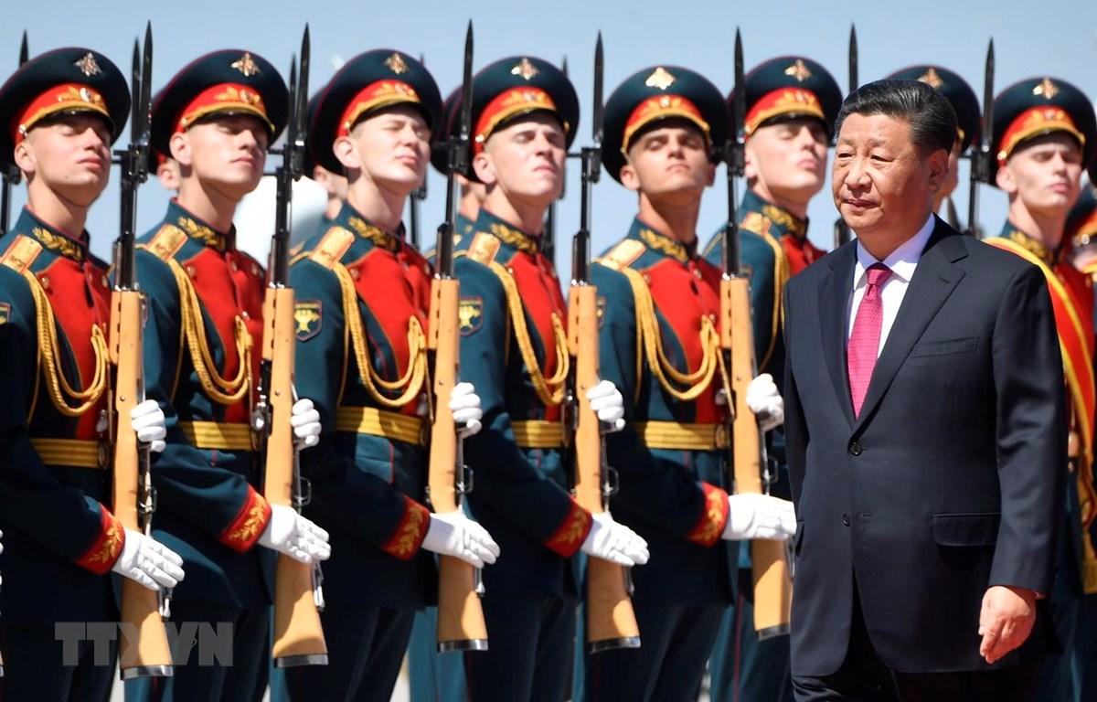 Chủ tịch Trung Quốc Tập Cận Bình duyệt đội danh dự tại lễ đón ở Moskva của Nga, ngày 5/6. (Ảnh: AFP/TTXVN)