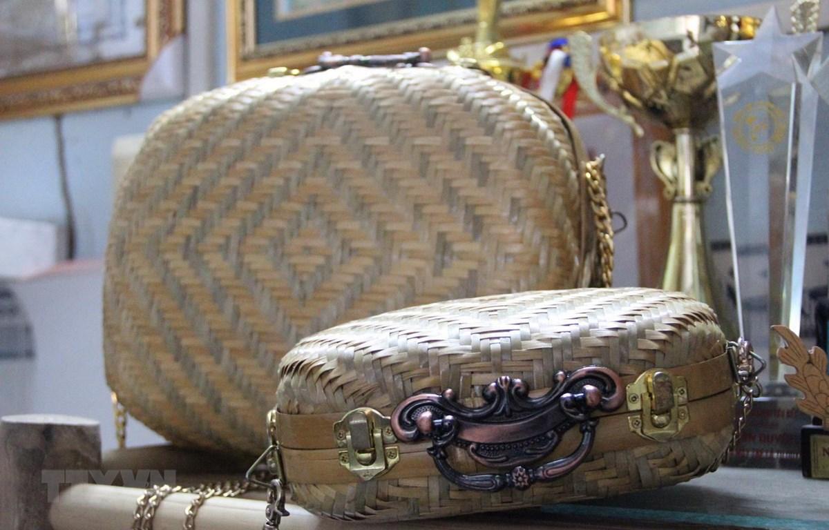 Cặp vali, túi xách làm bằng nguyên liệu mây tre. (Ảnh: Hứa Chung/TTXVN)