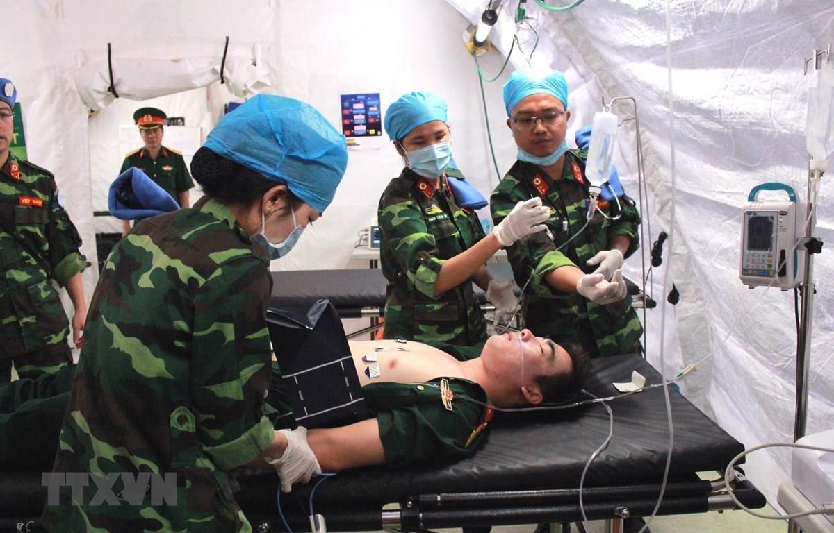 Các cán bộ, sỹ quan Bệnh viện dã chiến cấp 2 diễn tập xử lý tình huống. (Ảnh: Nguyễn Xuân Khu/TTXVN)