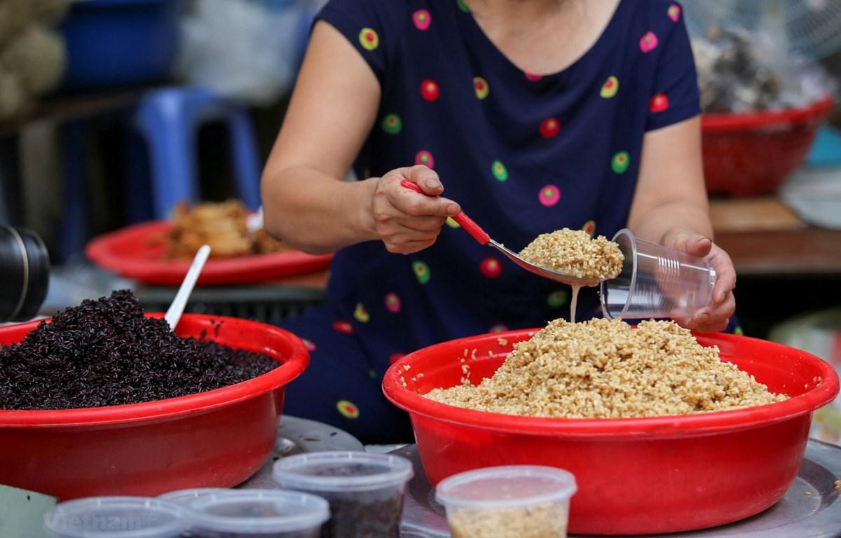 Một món ăn không thể thiếu trong ngày Tết Đoan Ngọ chính là rượu nếp, nếp cẩm. (Ảnh: Minh Sơn/Vietnam+)