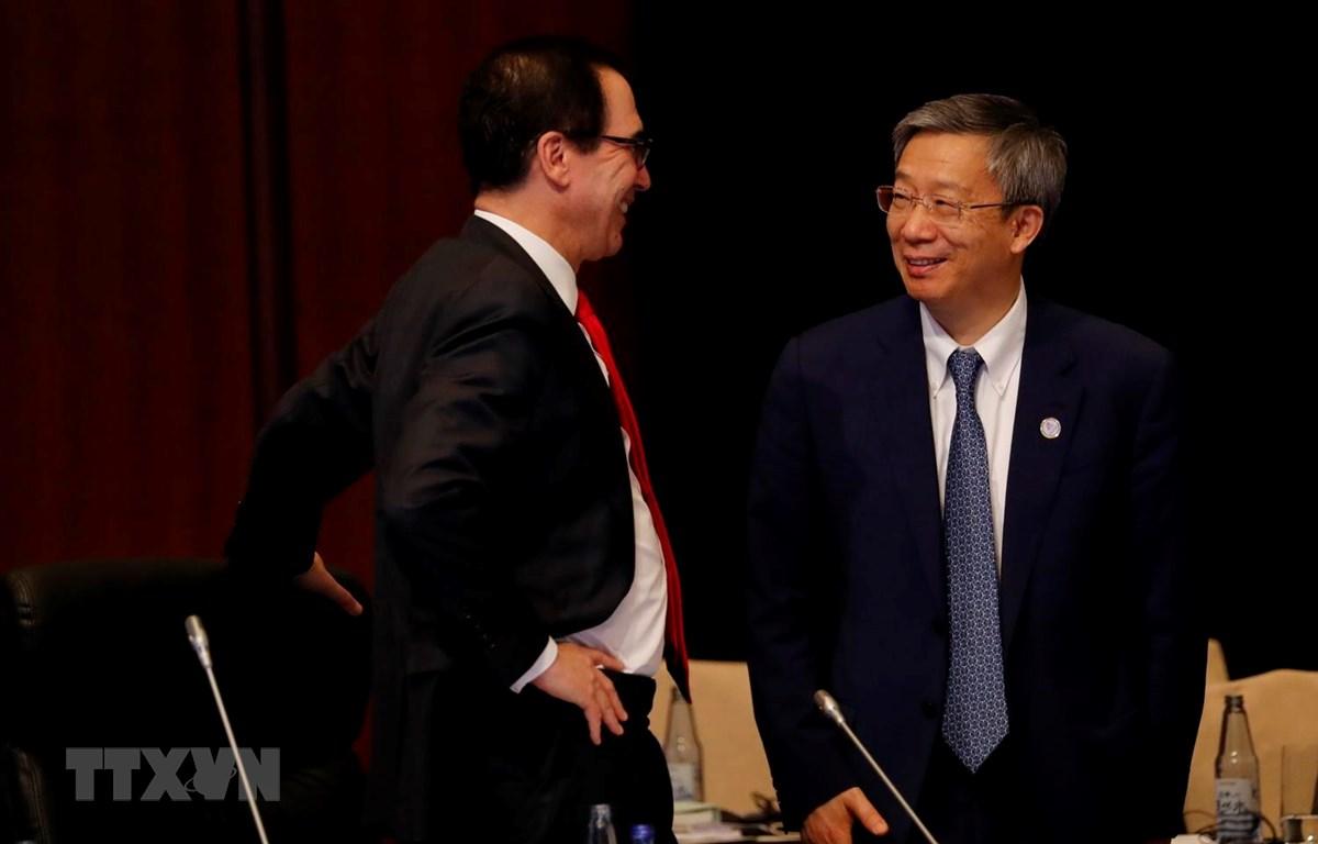 Bộ trưởng Tài chính Mỹ Steven Mnuchin (trái) và Thống đốc Ngân hàng Trung ương Trung Quốc Dịch Cương trong cuộc gặp bên lề Hội nghị bộ trưởng Tài chính và Thống đốc ngân hàng trung ương G20 ở Fukuoka của Nhật Bản, ngày 8/6. (Ảnh: AFP/TTXVN)