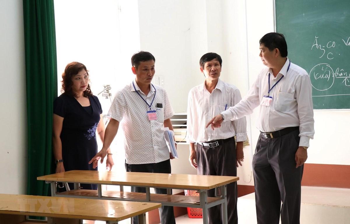 Ban chỉ đạo kỳ thi Trung học phổ thông Quốc gia tỉnh Đắk Lắk năm 2019 kiểm tra cơ sở vật chất tại các điểm thi Trung tâm Giáo dục thường xuyên tỉnh. (Ảnh: Tuấn Anh/TTXVN)