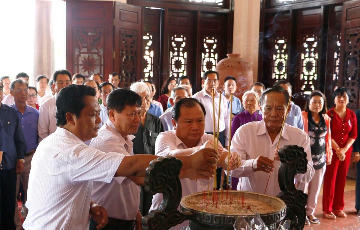 Lãnh đạo tỉnh Vĩnh Long dâng hương tưởng niệm Chủ tịch Hội đồng Bộ trưởng Phạm Hùng. (Ảnh: Lê Thúy Hằng/TTXVN)