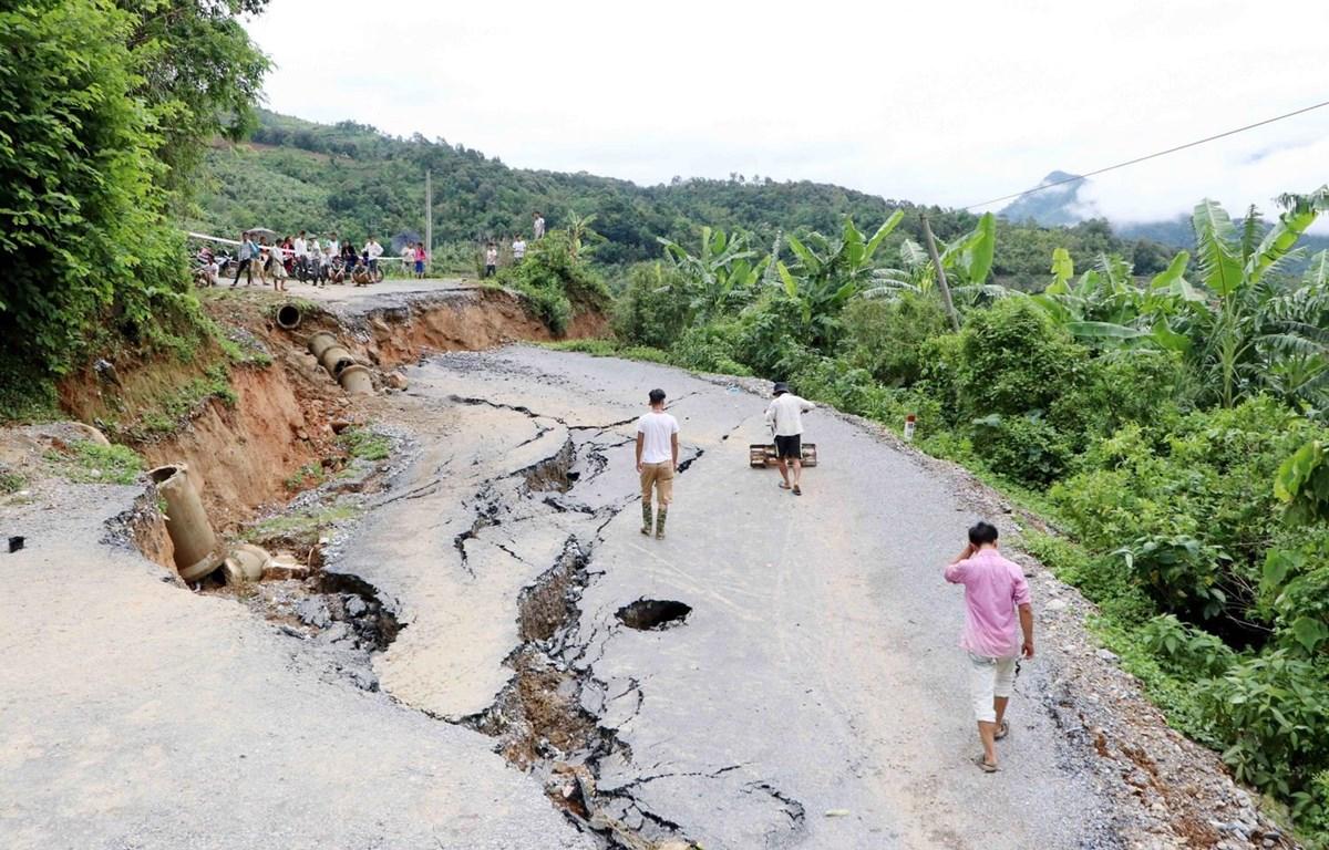 Vụ sạt lở nghiêm trọng xảy ra tại Km13 tỉnh lộ 132 thuộc địa phận xã Bản Lang, huyện Phong Thổ, tỉnh Lai Châu. (Ảnh: Công Tuyên/TTXVN)