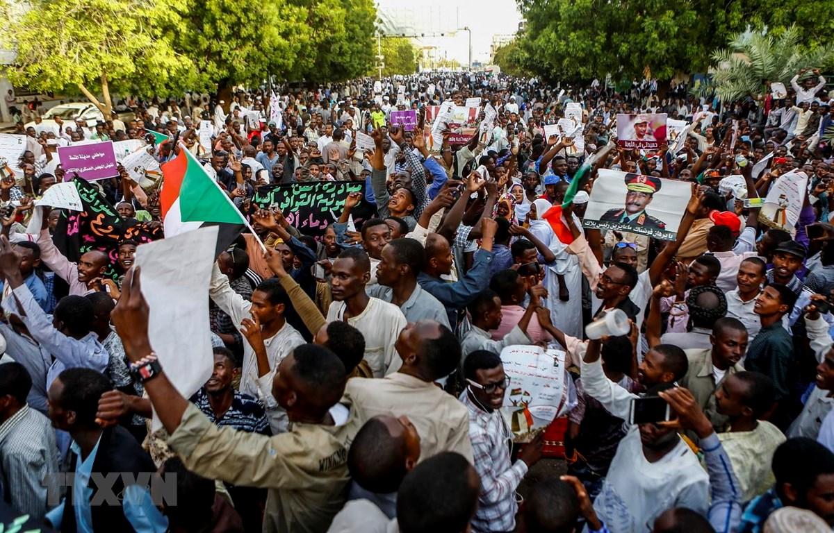 Người biểu tình tập trung tại Khartoum, Sudan, ngày 31/5 vừa qua. (Ảnh: AFP/TTXVN)