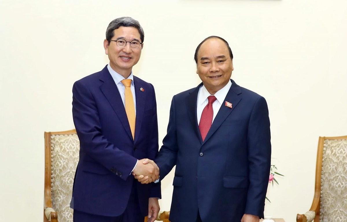 Thủ tướng Nguyễn Xuân Phúc và Chủ tịch Nhóm Nghị sỹ hữu nghị Hàn Quốc-Việt Nam Kim Hak Yong. (Ảnh: Thống Nhất/TTXVN)