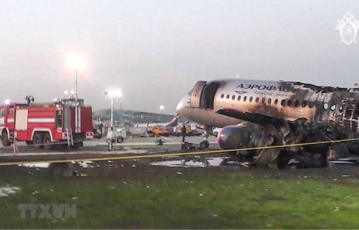 Máy bay Sukhoi Superjet 100 của Hãng hàng không Aeroflot bị phá hủy sau vụ cháy và phải hạ cánh khẩn cấp xuống sân bay Sheremetyevo, Nga ngày 5/5 vừa qua. (Ảnh: AFP/TTXVN)
