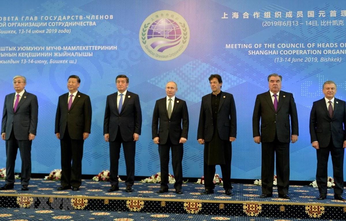 Nguyên thủ quốc gia các nước thành viên Tổ chức Hợp tác Thượng Hải (SCO) chụp ảnh chung tại phiên khai mạc Hội nghị thượng đỉnh SCO ở Bishkek ngày 14/6. (Ảnh: AFP/TTXVN)