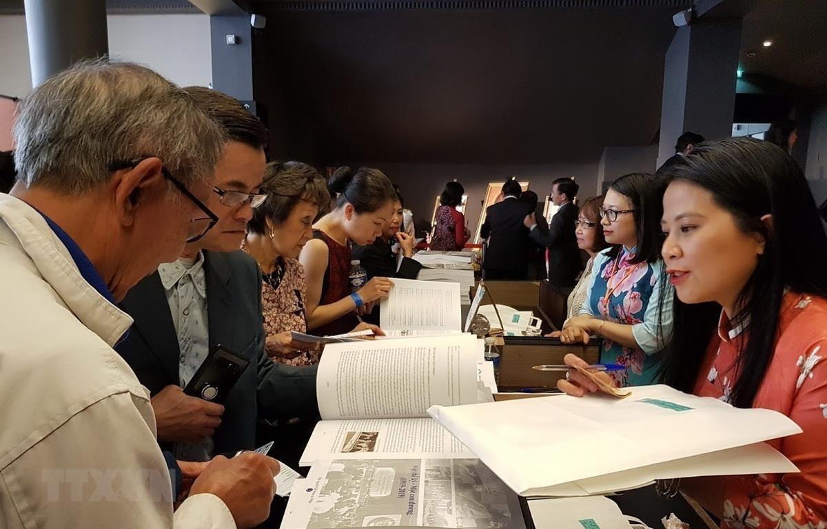 Hội người Việt Nam tại Pháp giới thiệu cuốn sách: Một thế kỷ - Một con đường 1919-2019. (Ảnh: Linh Hương/TTXVN)