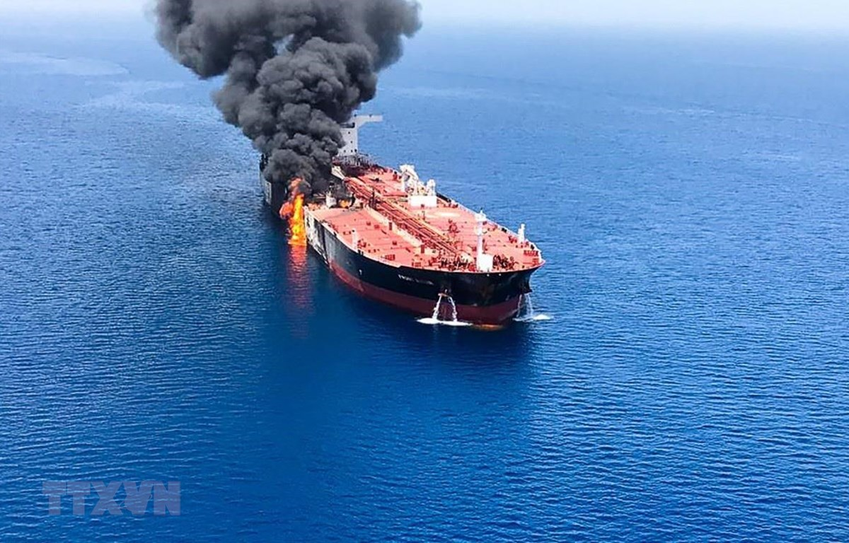 Khói lửa bốc ngùn ngụt từ một tàu chở dầu được cho là bị tấn công trên Vịnh Oman, ngày 13/6 vừa qua. (Ảnh: AFP/TTXVN)