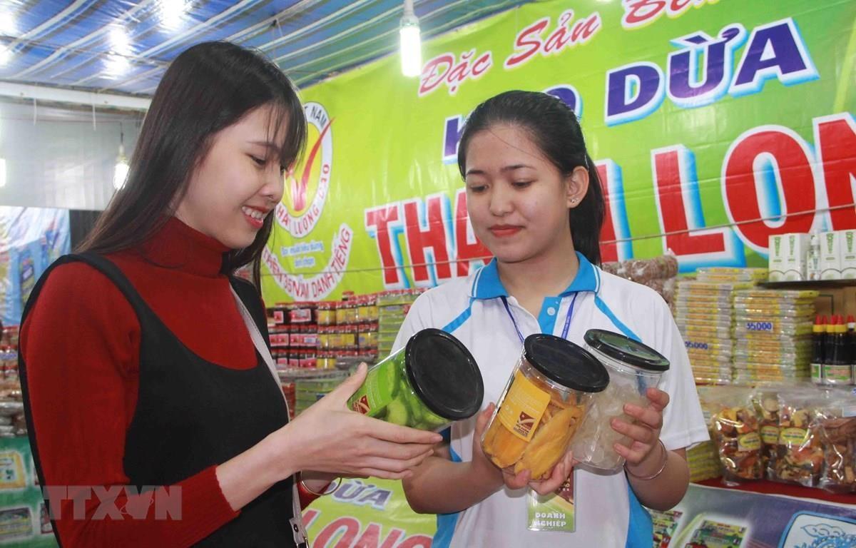 Ngày càng nhiều người tiêu dùng lựa chọn dùng hàng Việt Nam chất lượng cao. (Ảnh: Phạm Cường/TTXVN)