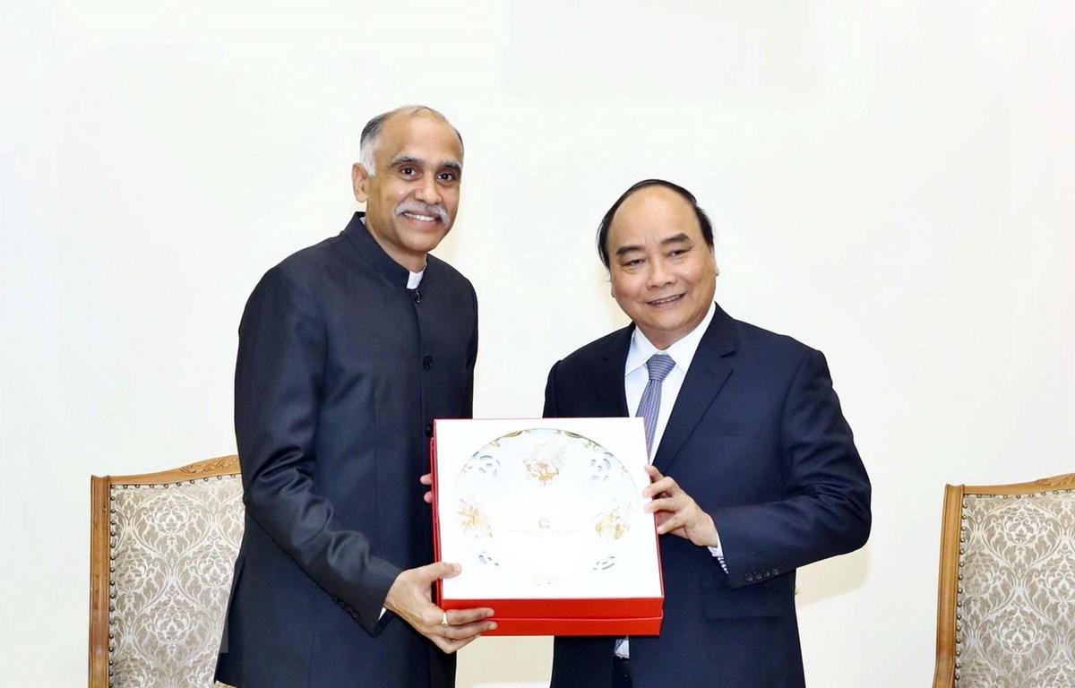 Thủ tướng Nguyễn Xuân Phúc tặng quà lưu niệm cho Đại sứ đặc mệnh toàn quyền Cộng hòa Ấn Độ Harish Parvathaneni. ( Ảnh: Thống Nhất/TTXVN)