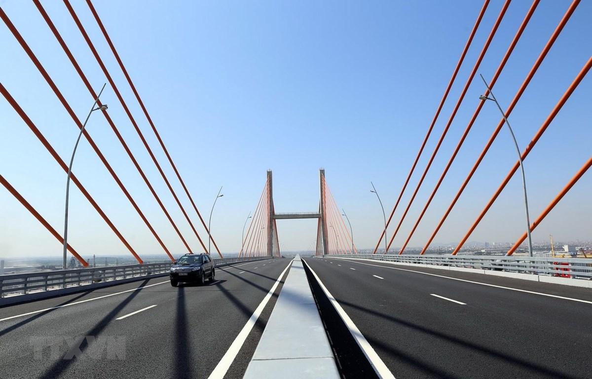 Cầu Bạch Đằng - cây cầu dây văng lớn nhất cả nước, nối liền 2 vùng kinh tế trọng điểm Hải Phòng-Quảng Ninh vừa được đưa vào sử dụng. (Ảnh: Huy Hùng/TTXVN)