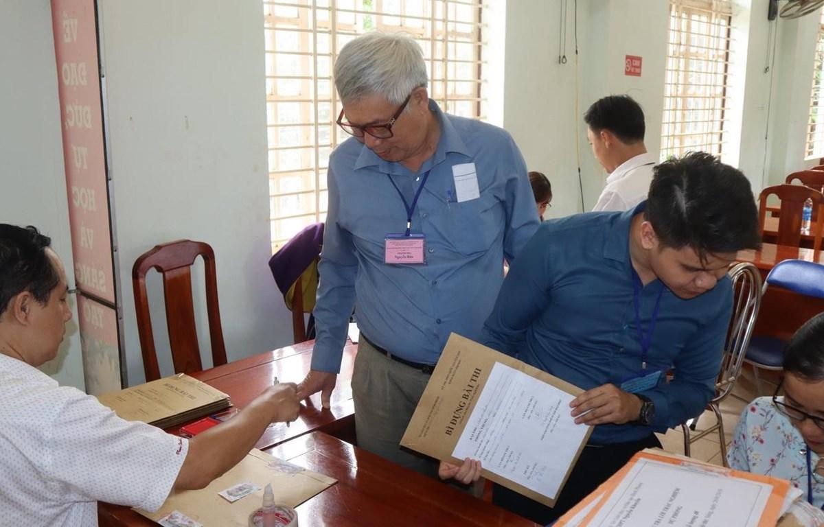 Thầy Nguyễn Dáo tại điểm thi trường THPT Nguyễn Khuyến, huyện Phú Riềng. (Ảnh: Đậu Tất Thành/TTXVN)