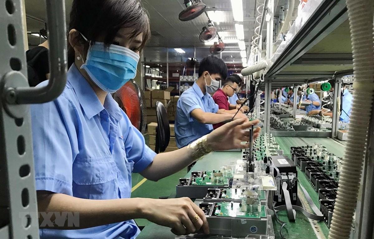 Dây chuyền sản xuất các thiết bị điện, điện tử tại Công ty cổ phần Thiết bị điện VI-NA-SI-No (VSEE JSC) tại khu công nghiệp Long Hậu, tỉnh Long An. (Ảnh: Danh Lam/TTXVN)
