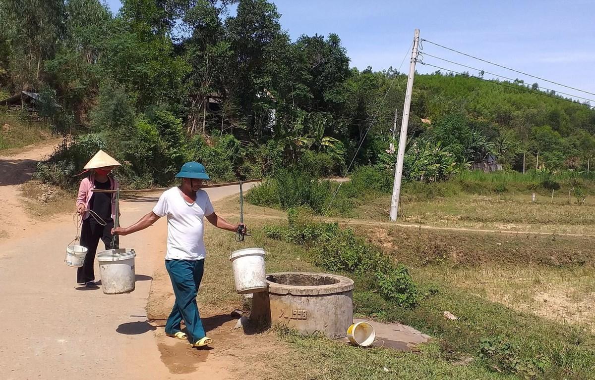 Nắng nóng kéo dài, người dân phải đi lấy nước tại các giếng làng để dùng sinh hoạt trong gia đình. (Ảnh: Đức Thọ/TTXVN)