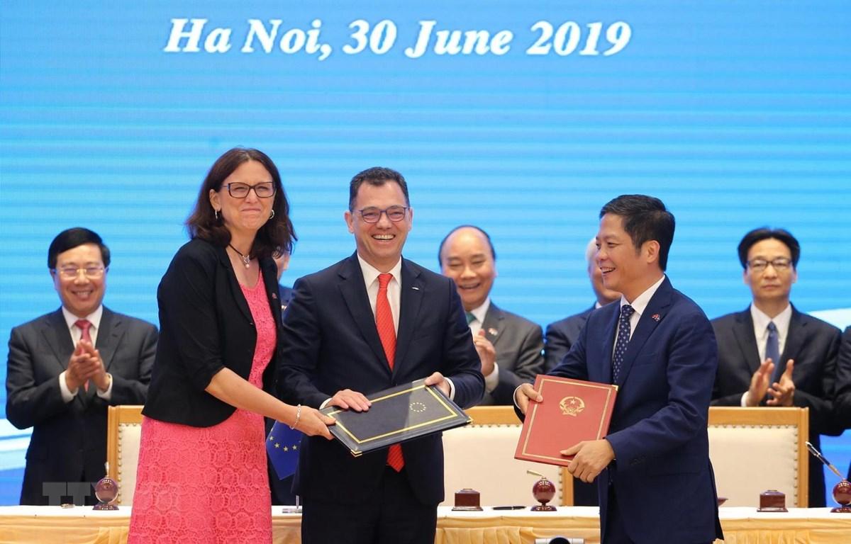 Thủ tướng Nguyễn Xuân Phúc chứng kiến Lễ ký Hiệp định Thương mại tự do giữa Việt Nam và Liên minh châu Âu (EVFTA). (Ảnh: Lâm Khánh/TTXVN)