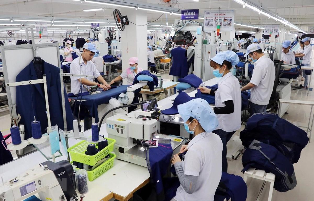 Công nhân đang sản xuất hàng may mặc tại Công ty Cổ phần Dệt may 29/3. (Ảnh: Trần Lê Lâm/TTXVN)