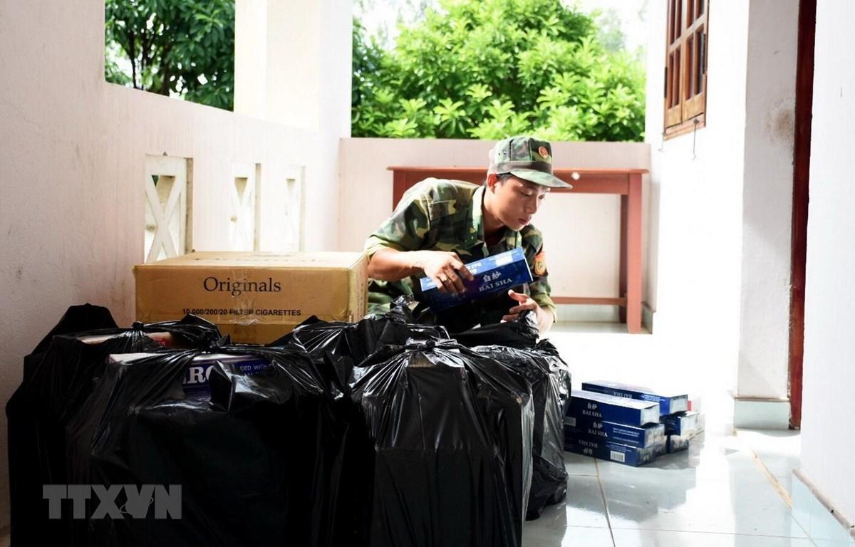 Cán bộ, chiến sỹ Đồn Biên phòng Vĩnh Nguơn kiểm đếm số tang vật vừa thu giữ. (Ảnh: Công Mạo/TTXVN)