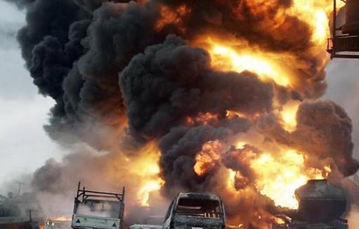 Hiện trường một vụ cháy nổ xe bồn chở dầu ở Nigeria ngày 1/7. (Ảnh: YouTube/TTXVN)