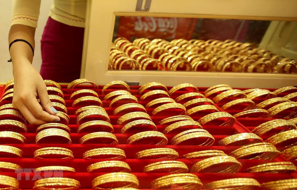 Vàng được bày bán tại cửa hàng kim hoàn. (Ảnh: THX/TTXVN)