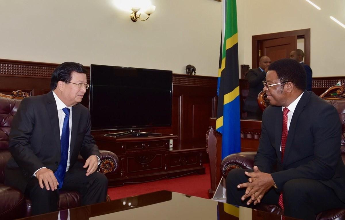 Phó Thủ tướng Trịnh Đình Dũng hội đàm riêng với Thủ tướng Tanzania Kassim Majaliwa. (Ảnh: Đình Lượng/TTXVN)