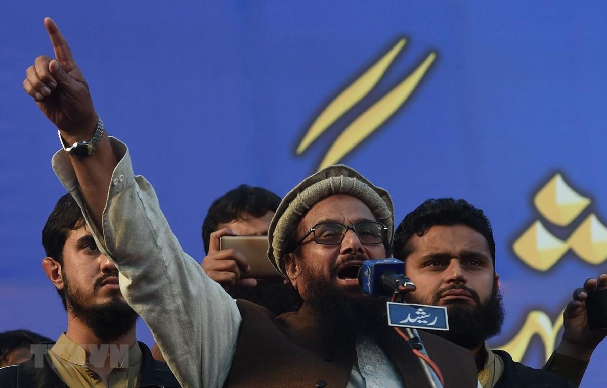 Thủ lĩnh của nhóm phiến quân Lashkar-e-Taiba (LeT) Hafiz Saeed, đứng giữa. (Ảnh: AFP/TTXVN)
