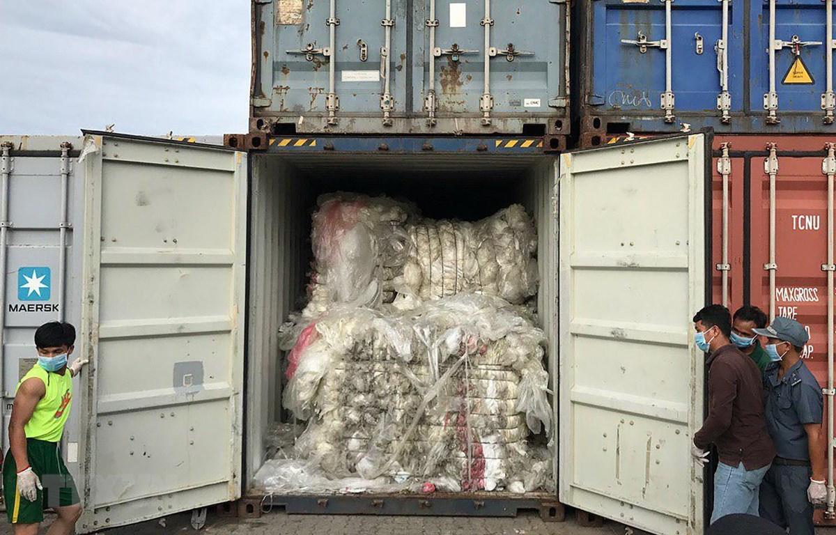 Kiểm tra các container rác thải nhựa bất hợp pháp tại cảng ở Sihanoukville của Campuchia ngày 17/7. (Ảnh: AFP/TTXVN)